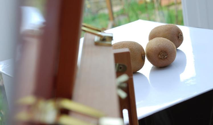 Painting three kiwi fruit
